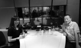 FMラジオ J-WAVEラジオ スタジオにて 司会の小黒一三さん(おぐろかずみさん)と高平千世(たかひらちせ)