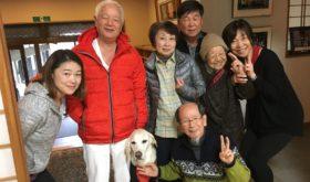 91歳の参加者さん家族と盲導犬と木村院長とメインヨガインストラクター藁谷さんと高平と