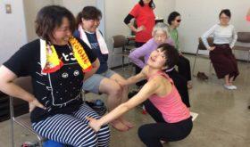 横須賀クラス 友見先生と参加者さん練習中