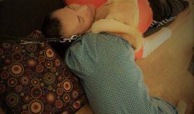 ノブさんとアイメイト(盲導犬)オーちゃんとのシャヴァーサナ 愛&信頼が満ちている写真